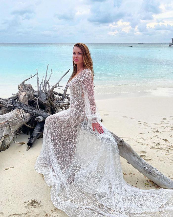 Слава Камінська у весільній сукні натякнула на таємне весілля на Мальдівах