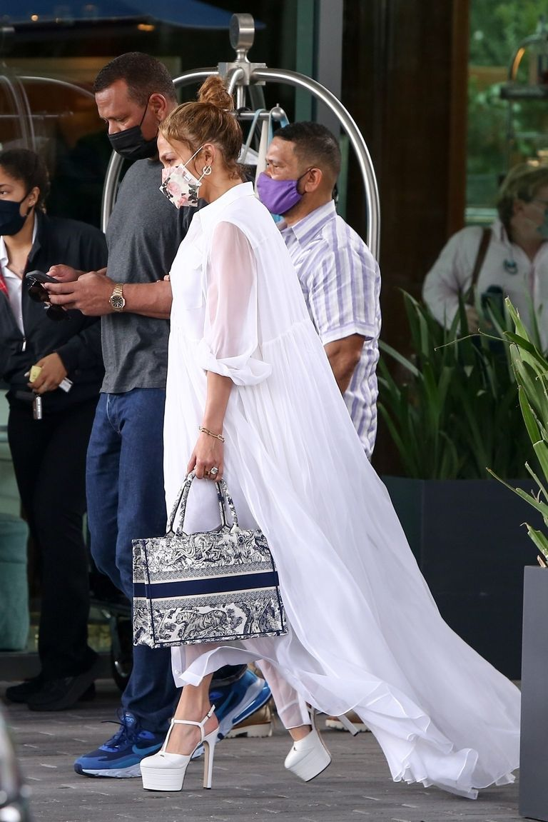 Дженніфер Лопес в білосніжній сукні та стріпах сходила на побачення з нареченим