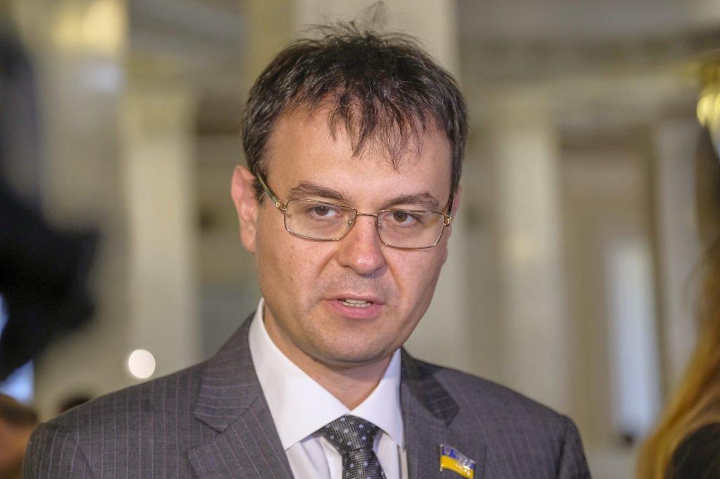 Українцям доведеться платити податки на дорогі покупки