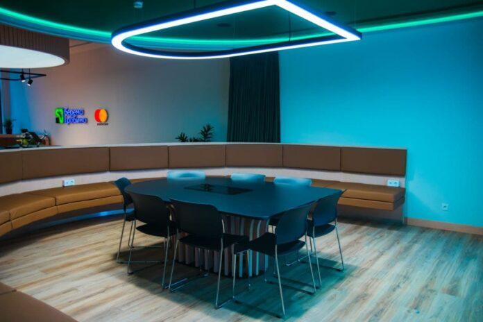 ПриватБанк открыл отделение, в котором нет персонала, а каждого посетителя узнают при входе
