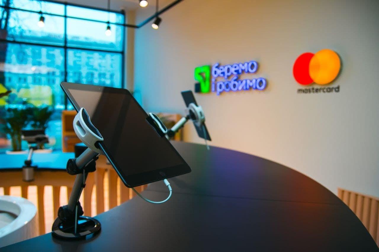ПриватБанк відкрив відділення, в якому немає персоналу, а кожного відвідувача впізнають при вході