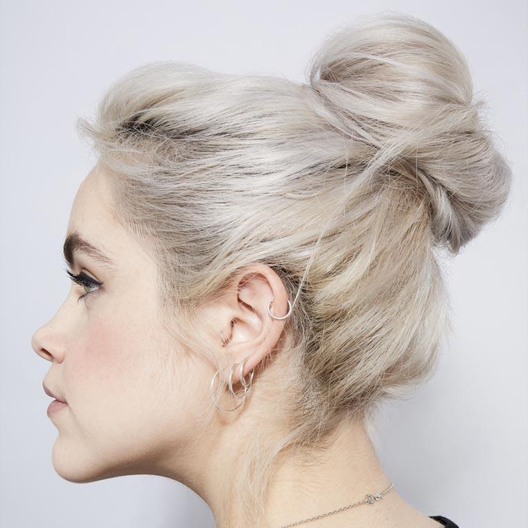 Названі наймодніші укладки на довге волосся 2021 року: як носити хвіст і пучок