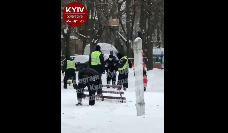 Взрыв на детской площадке в Киеве: полиция сообщает об одном погибшем