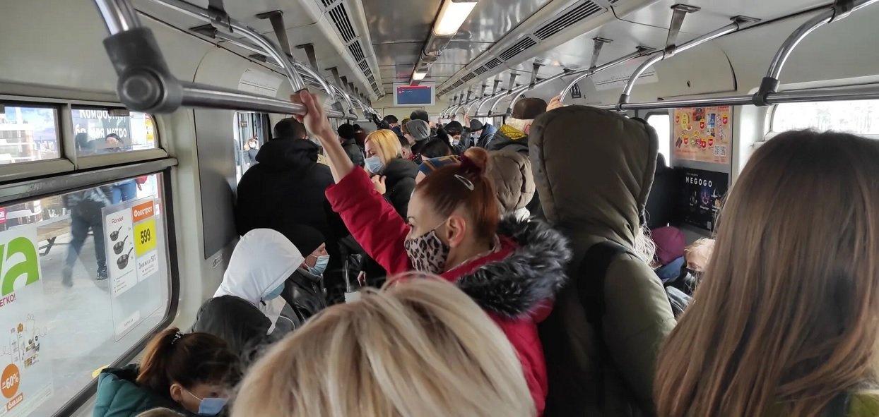 У Києві дозволили перевозити стоячих пасажирів у громадському транспорті