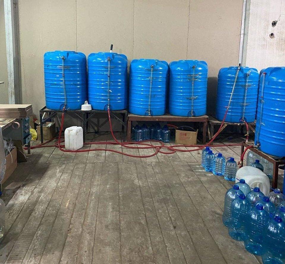 Змішували спирт з водою: у Харкові викрили підпільний завод з виготовлення алкоголю