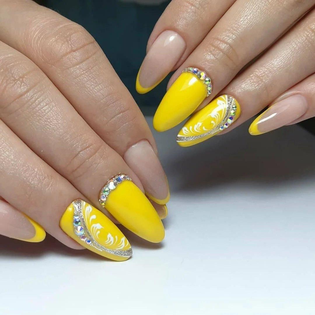 Модный дизайн маникюра в апреле 2021 – цветовая гамма и идеи украшения ногтей