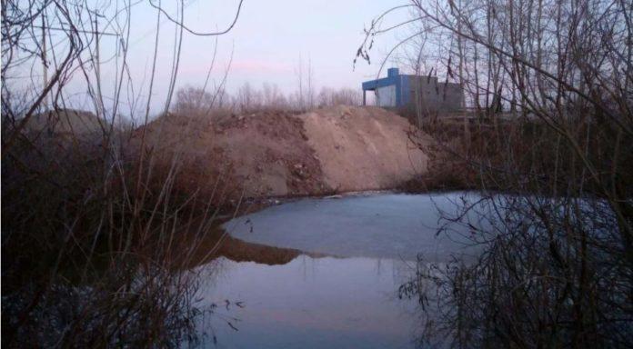 У Києві одне з озер засипали будівельним сміттям: місцеві жителі б'ють на сполох