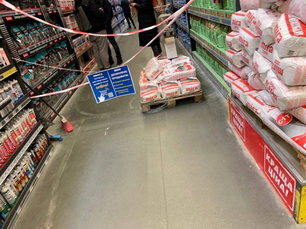 """У Києві всі гіпермаркети мережі """"Епіцентр"""" продовжують працювати попри локдаун"""