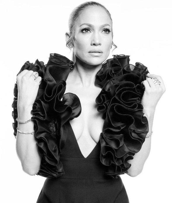 Дженніфер Лопес у сукні з рюшами похвалилася пишними формами