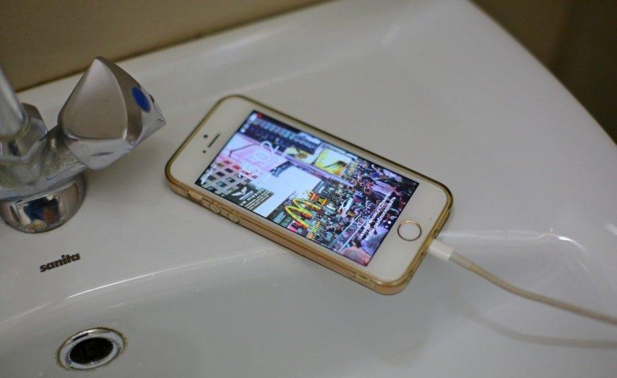 ТОП-5 ошибок, которые допускают пользователи смартфонов во время зарядки устройств
