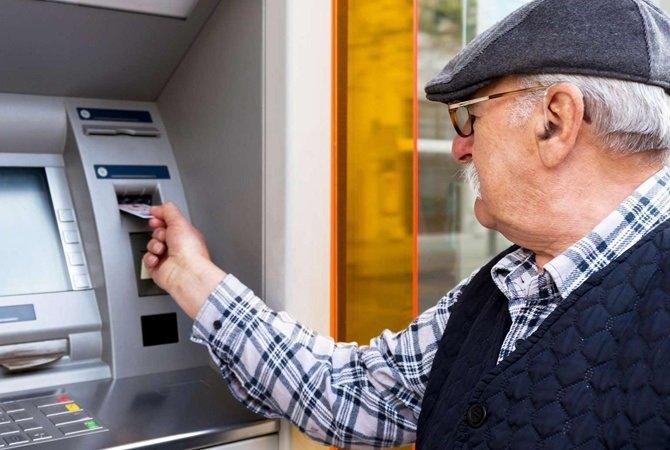 Украинцы с сентября смогут получать пенсии на руки, но при одном условии