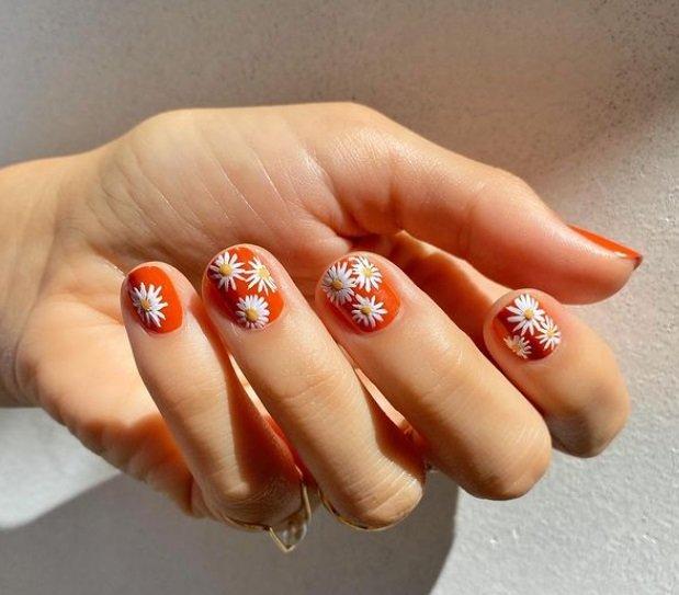 Маникюр 2021 на короткие ногти: цветочный дизайн, омбре и нейл-арт с фольгой