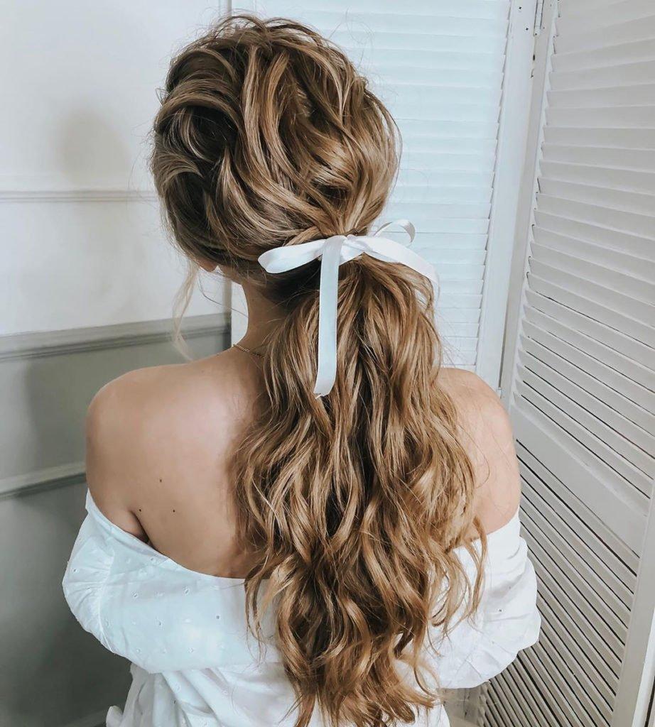 Головні тренди зачісок 2021: натуральність, аксесуари та яскраві акценти