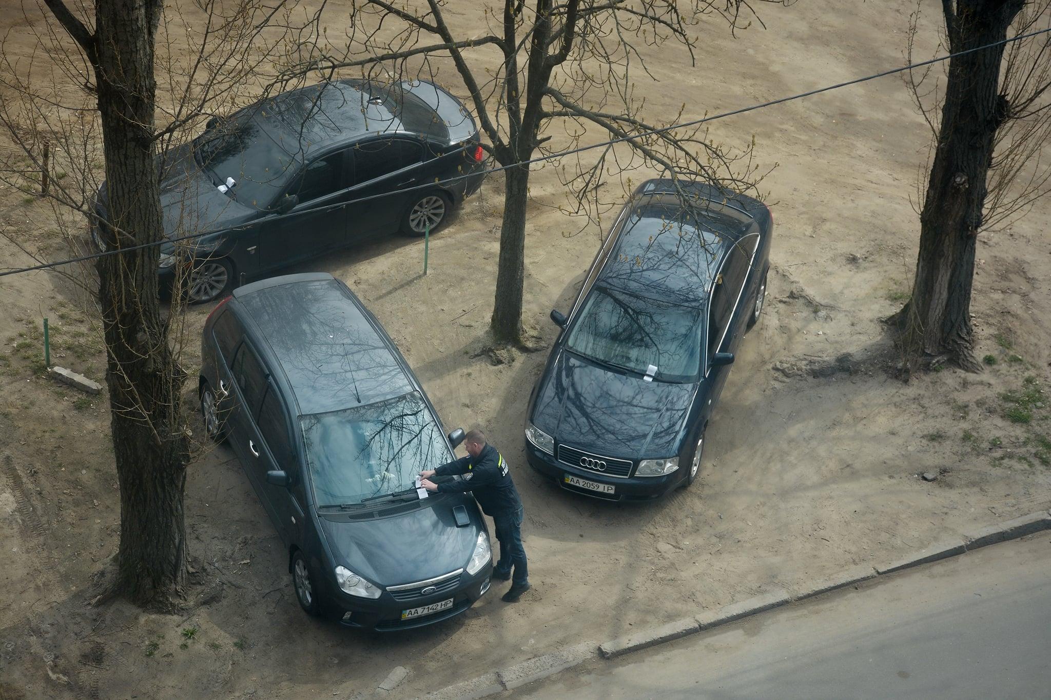 У Києві почали масово штрафувати за парковку в дворах