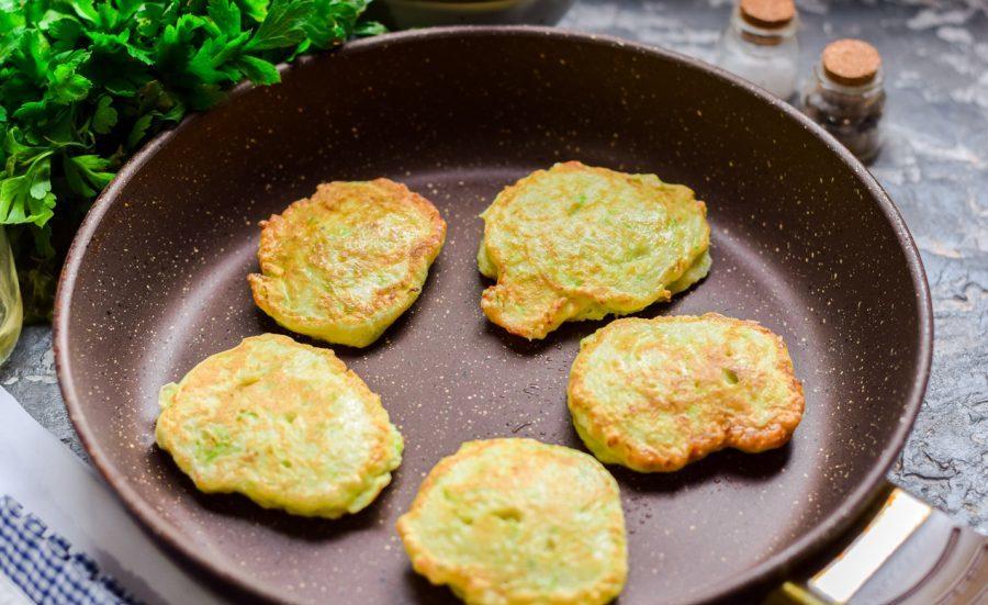 Оладьи из кабачков со шпинатом: простой рецепт сезонного летнего блюда