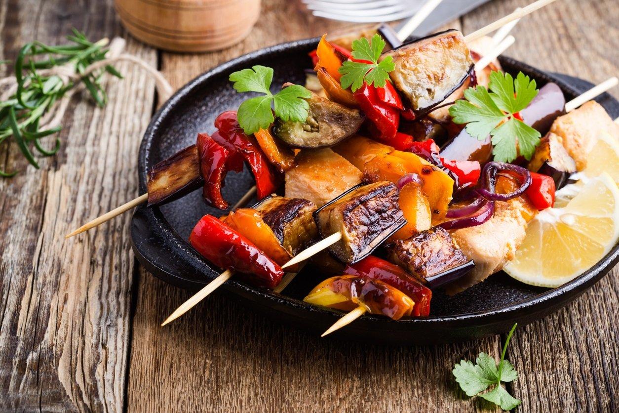 Теплий салат із запечених на грилі овочів: рецепт весняної страви на пікнік