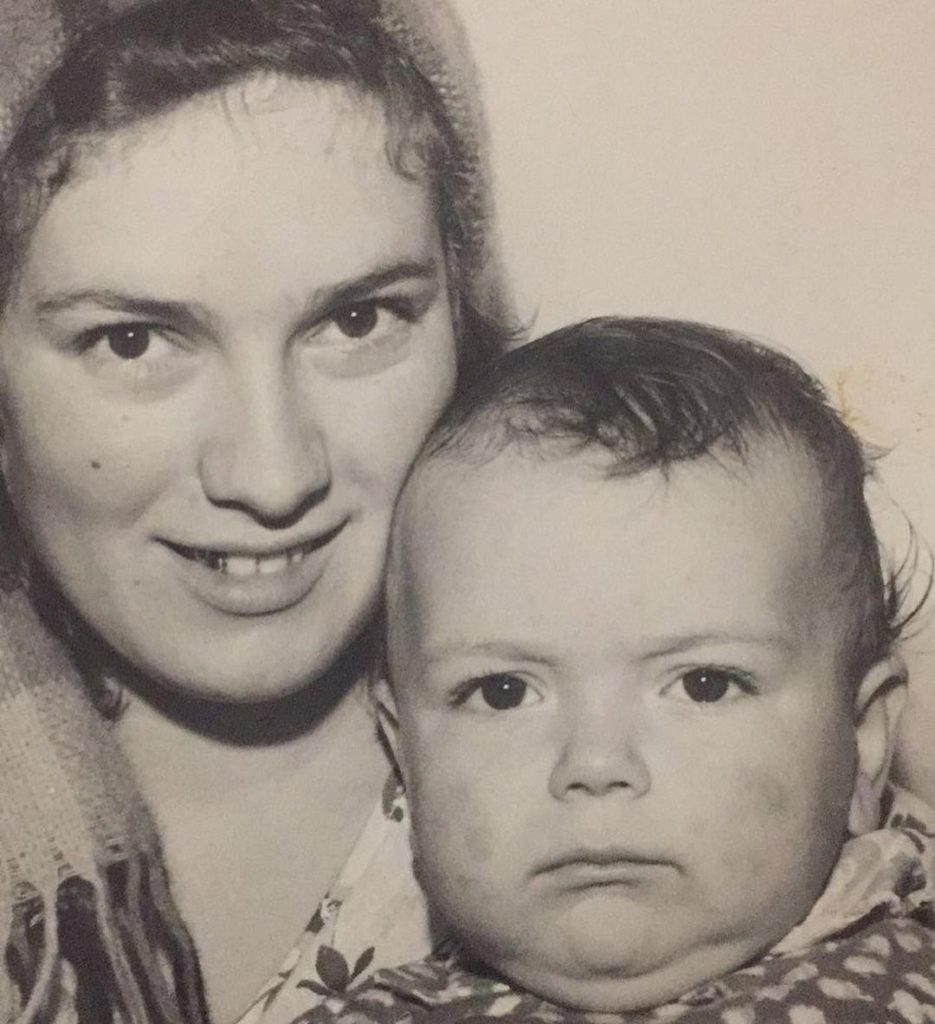 Григорий Решетник показал свое редкое детское фото с мамой