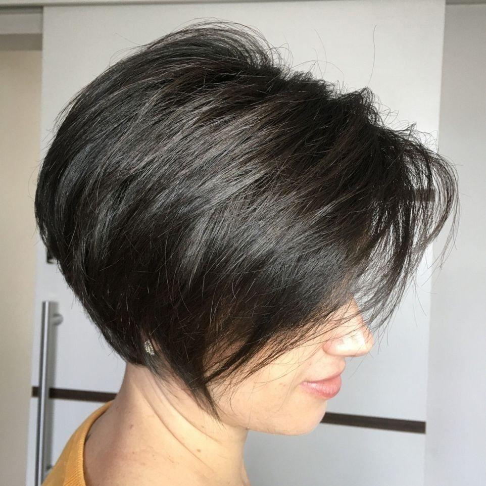 Модні стрижки 2021, які надають об'єму волоссю