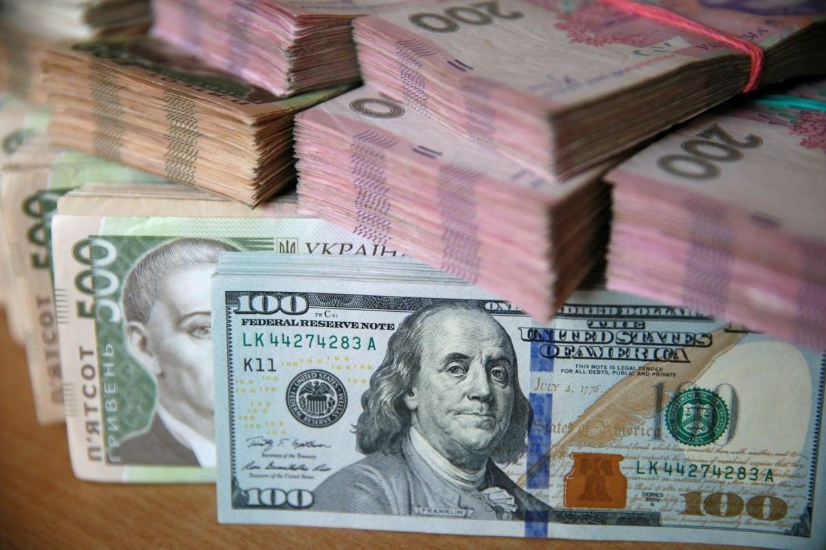 Українці почали позбуватися від доларів: в травні гривня значно зміцниться з кількох причин