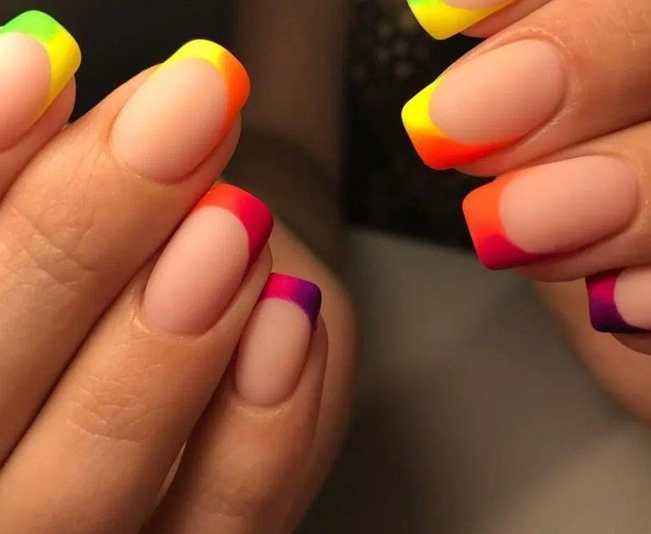 Цветной французский маникюр: модные тренды лета 2021