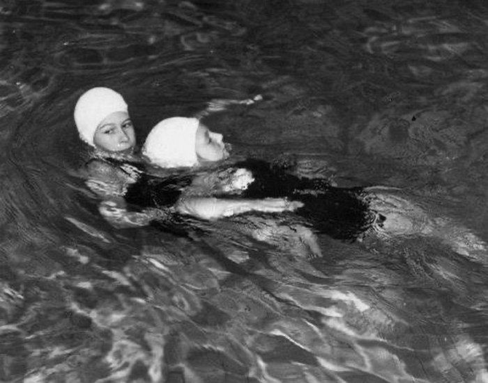 Елизавета II в купальнике: королевский дворец показал архивное фото Ее Величества