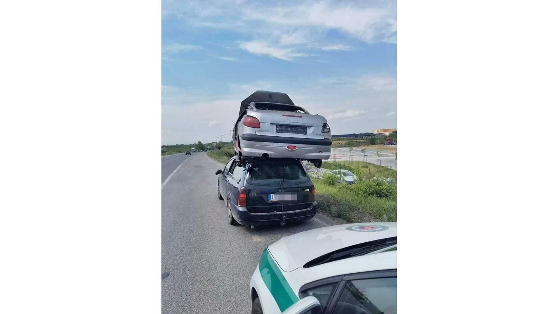 У Словаччині затримали Ford Focus, який перевозив на даху Peugeot