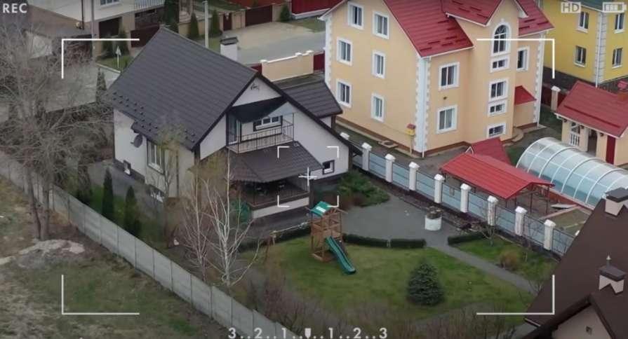 Олександр Усик живе у скромному будинку в передмісті Києва: фото і відео