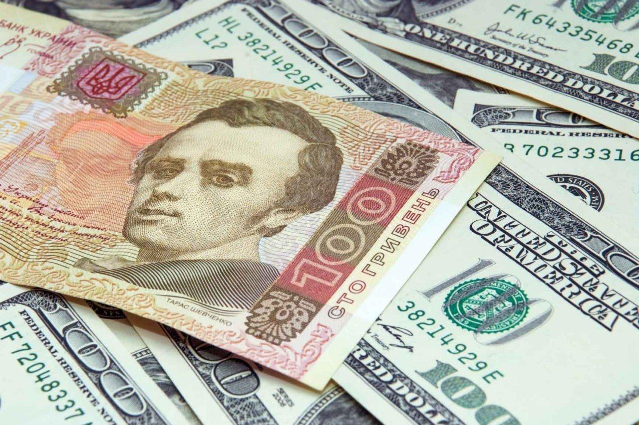 Українцям радять міняти гривні на долар, поки курс валюти не виріс до 29 грн