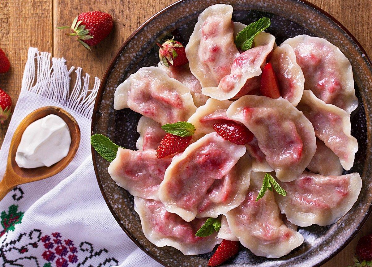 Найсмачніші вареники з полуницею: простий рецепт літнього десерту для всієї родини