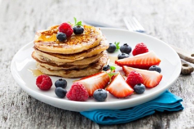 Творожные оладьи с фруктами: рецепт самого вкусного и полезного летнего десерта