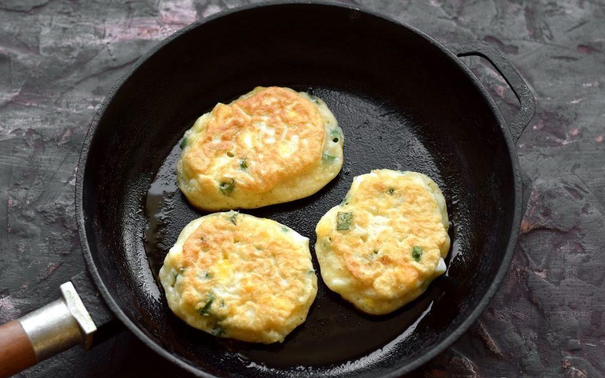 Диетические оладьи с луком и яйцом: полезный рецепт для тех, кто худеет
