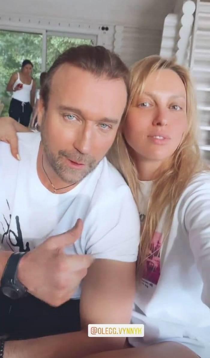 Олег Винник з таємничою дівчиною повеселився на дачі у Олі Полякової