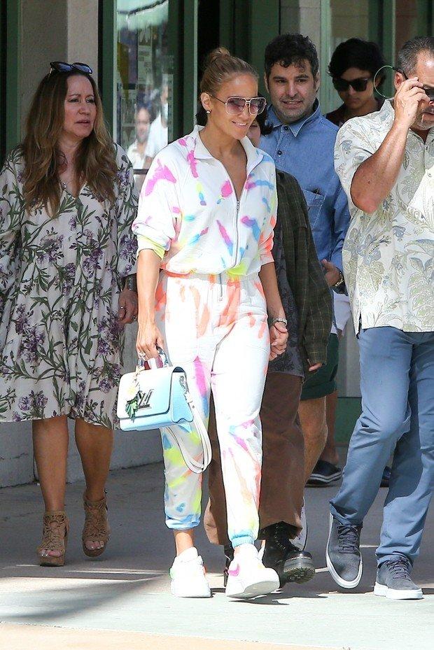 Дженніфер Лопес вийшла на прогулянку з дітьми у самому трендовому вбранні цього літа