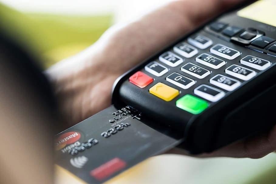 Зняти готівку в касах супермаркетів дозволяється і без покупки: українцям назвали ліміт