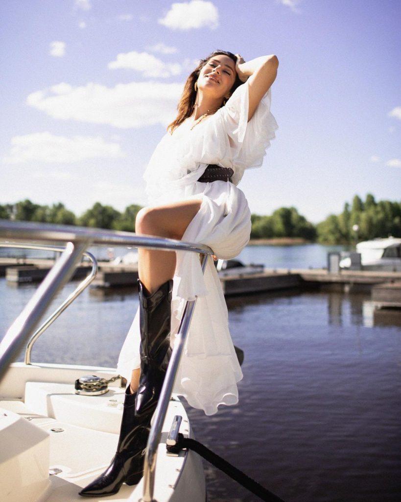 """""""Холостячка"""" Злата Огневич вразила зізнанням в розкішній білій сукні на яхті"""