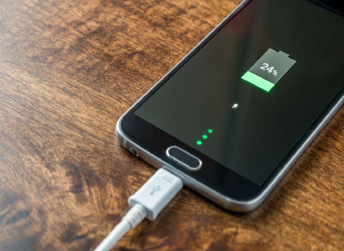Названі чотири несподівані причини, які призводять до швидкої розрядки акумулятора смартфона