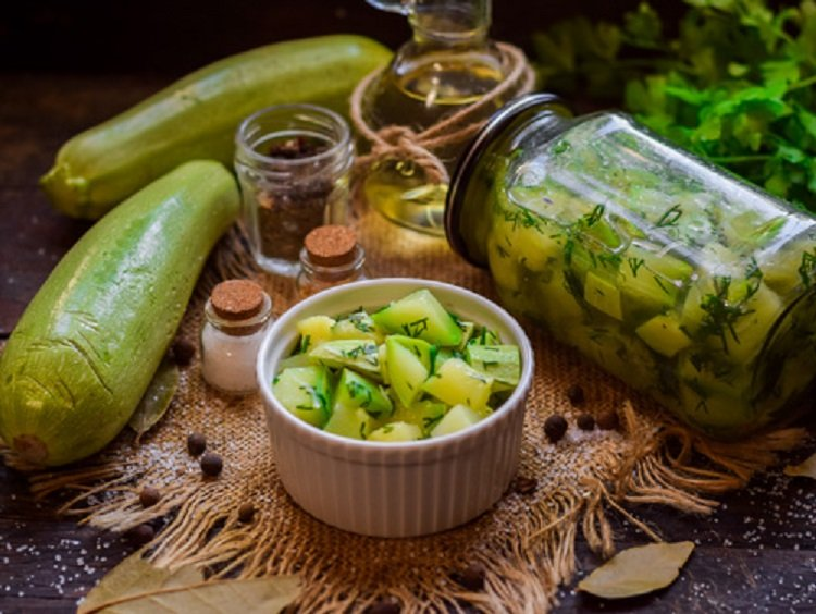 Мариновані кабачки як гриби за півгодини: простий рецепт хрусткої закуски