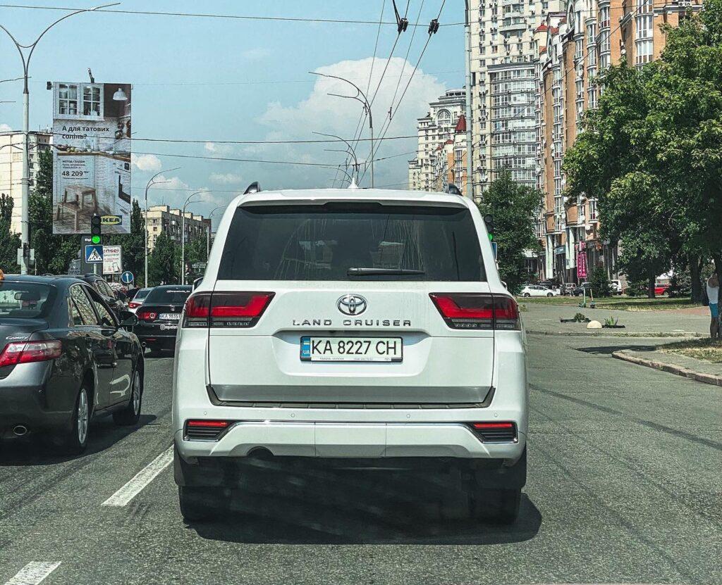 У Києві помітили новий Toyota Land Cruiser 300