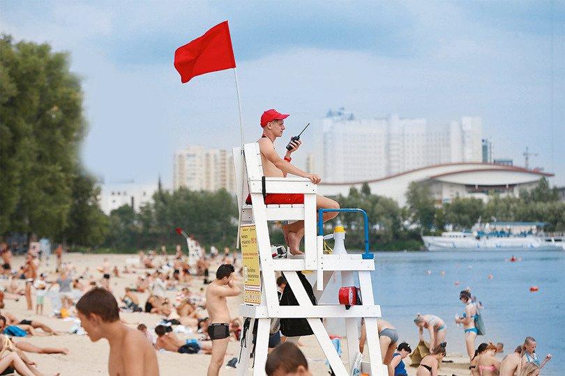 На всіх пляжах Києва вивісили червоні прапори і заборонили купатися
