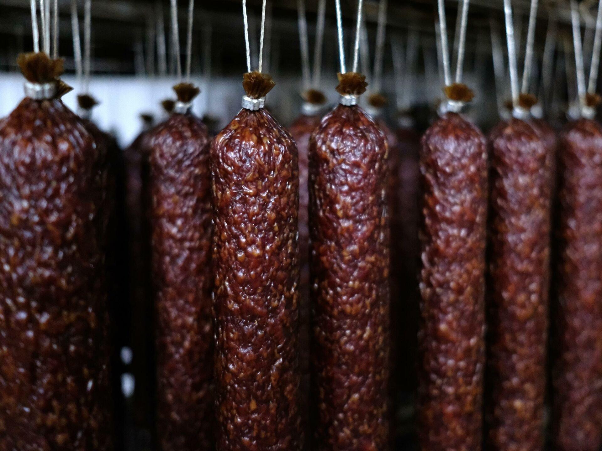 Під виглядом сосисок і ковбас українцям продають фальсифікат: чим небезпечне маркування ММО