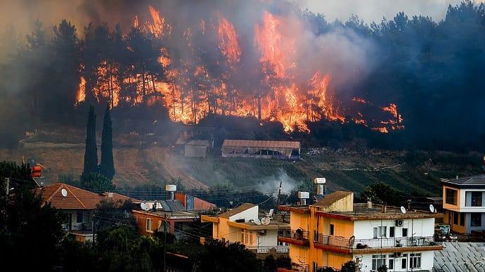В Турции из-за пожаров массово эвакуируют украинцев: туристов просят воздержаться от путешествий