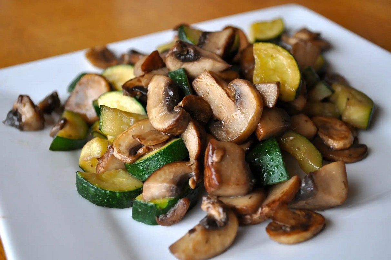 Смажені кабачки з грибами і вершковим соусом: рецепт найсмачнішої осінньої вечері за 15 хвилин