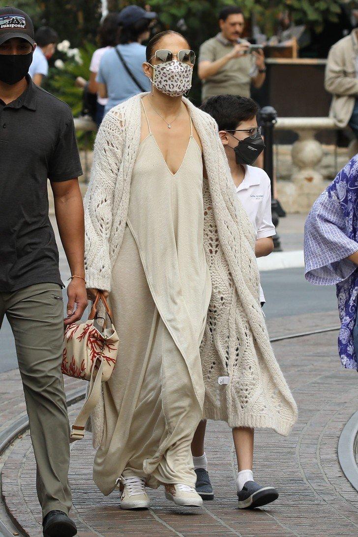В'язаний кардиган і сукня-комбінація: Дженніфер Лопес показала стильний осінній образ для прогулянки з дітьми