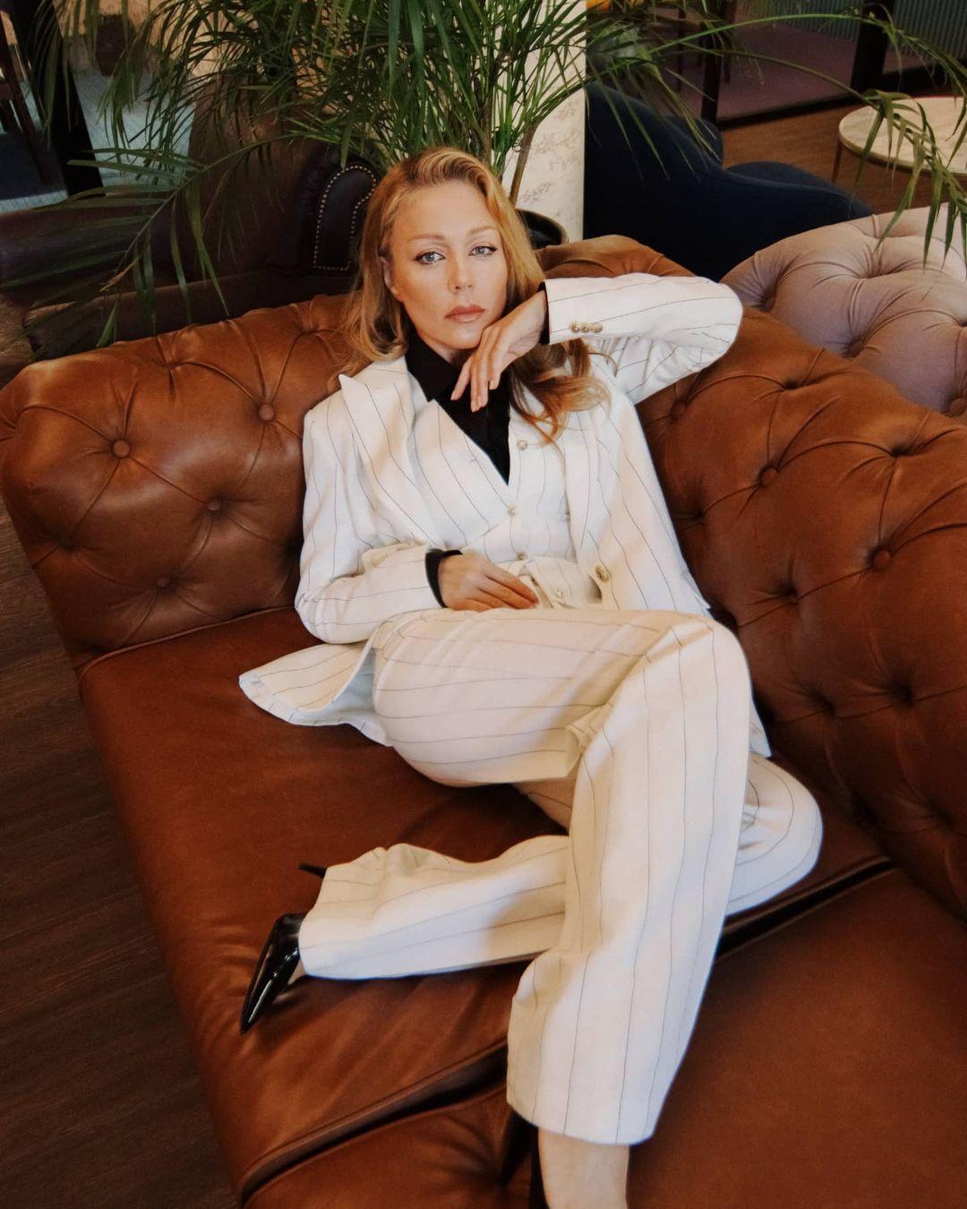 Тіна Кароль непристойно розвалилася на дивані, щоб привернути увагу до свого костюму: фото