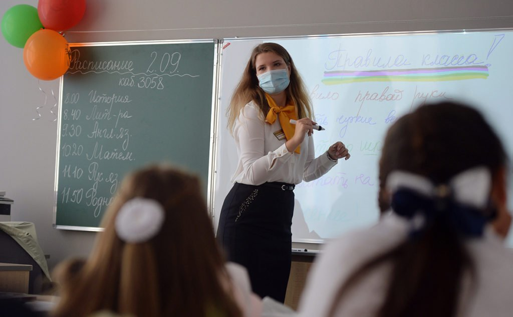 Школи в Україні переведуть на дистанційне навчання: вчителі масово відмовляються від вакцинації