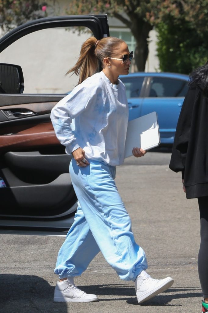 Вся у білому: Дженніфер Лопес показала стильне осіннє вбрання вихідного дня