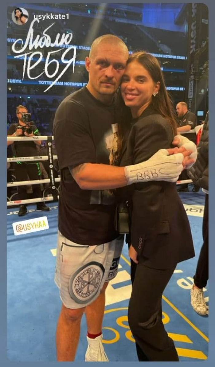 Жена Александра Усика показала нежное фото с боксером на ринге
