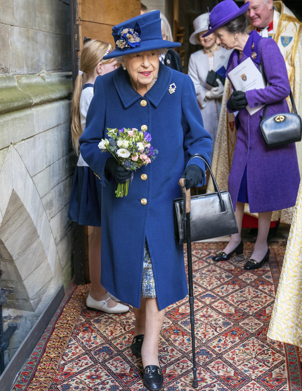 Роки беруть своє: 95-річна Єлизавета II вперше вийшла в світ з тростиною